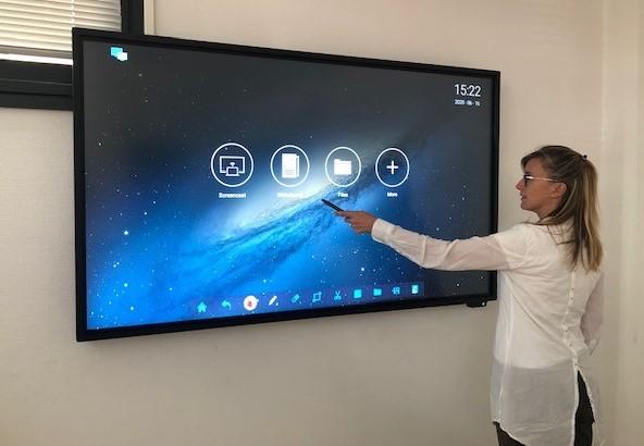 Le Centre d'Affaires du 42 Pré Demaison équipe sa salle de réunion d'un écran tactile interactif.